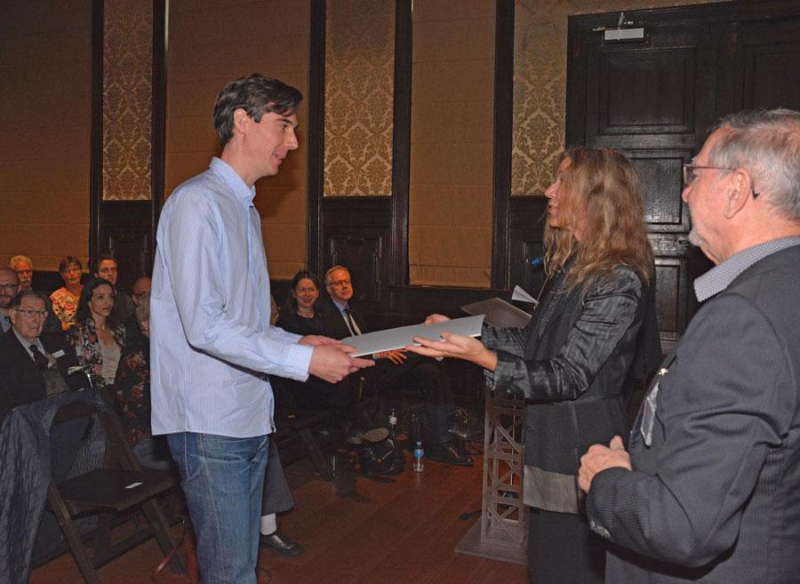 Lee Burden ontvangt zijn diploma uit handen van Pascale De Groote