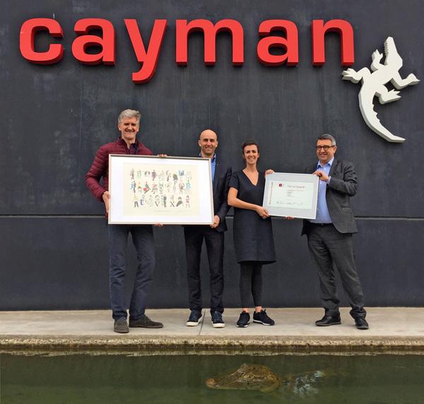 Paul Adriaensen en Marc Mombaerts van Plantin Instituut (uiterst links en rechts op de foto) reiken de Typografieprijs uit aan Tom Van den Broele, CEO Cayman en Ann Maelfeyt, Art Director Cayman en ontwerpster van de winnende kalender.